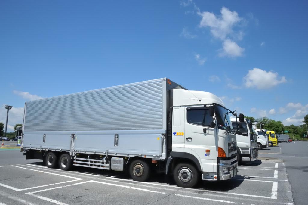 駐車中の大型トラック